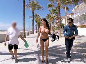 Patty Michova pagando boquete na orla da praia