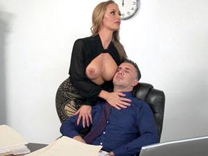 Secretaria gostosa assediando o chefe