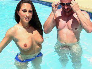 Lizz Tayler novinha gostosa pelada na piscina HD